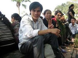 Paulus Lê Sơn cùng bà con phản đối phiên tòa xét xử Gíáo dân Thái Hà