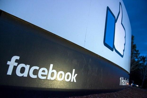 Bảng hiệu quảng cáo Facebook ở lối vào trụ sở chính của công ty này tại Menlo Park, California vào ngày 21 tháng 3 năm 2018.