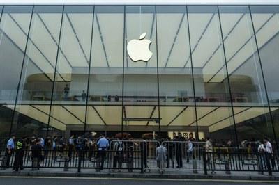 Người dân xếp hàng bên ngoài cửa hàng Apple chờ mua điện thoại iPhone mới nhất tại Hàng Châu,  tỉnh Chiết Giang, Trung Quốc vào ngày 21 tháng 9 năm 2018.