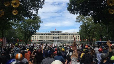 Đoàn người biểu tình tập trung trước Dinh Thống Nhất vào buổi sáng ngày 10/6/2018.