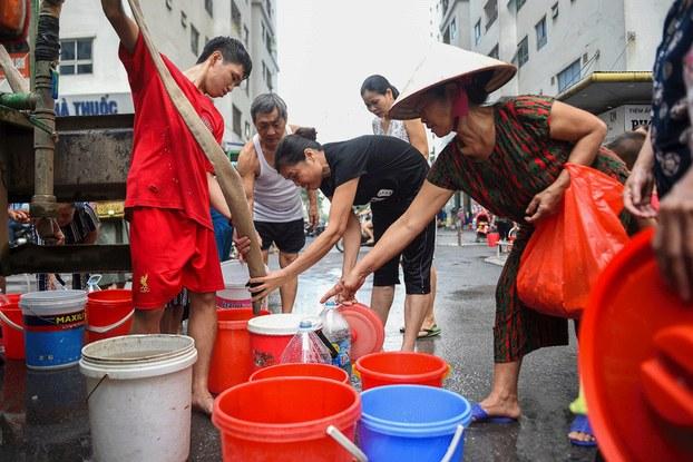 Hình minh họa. người dân Hà Nội hứng nước từ xe cung cấp nước đến các khu vực nước máy bị nhiễm dầu. Hình chụp hôm 17/10/2019