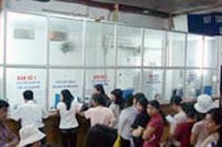 Cảnh bệnh nhân xếp hàng chờ đến lượt khám bệnh tại một bệnh viện ở Việt Nam. AFP PHOTO.