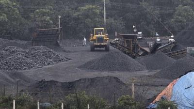 Hình minh hoạ. Công nhân làm việc tại một nơi chuyển than lên tải ở Hà Nội năm 2012