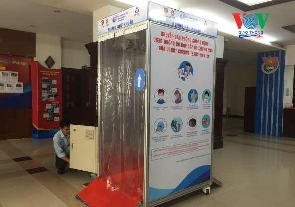 Buồng khử khuẩn đầu tiên do Trung tâm Phát triển Khoa học và Công nghệ trẻ (Thành đoàn TP.HCM) phối hợp Trường Đại học Bách khoa TP.HCM sáng chế và giới thiệu ngày 18/3/2020.
