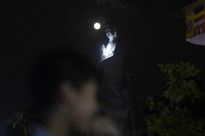 Ảnh minh họa tượng Phật Bà Quan Âm dưới trăng tại một ngôi chùa ở Hà Nội.