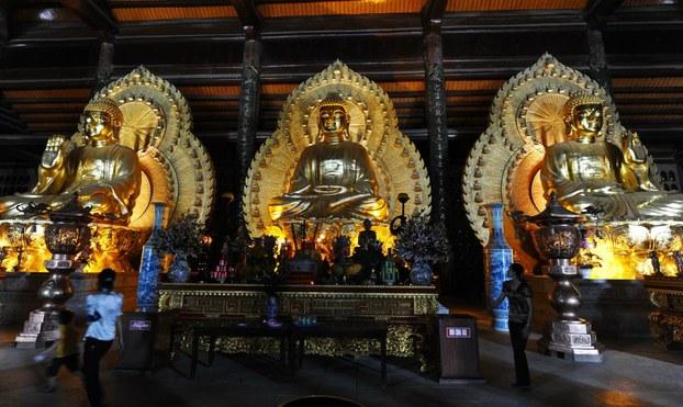 Ba bức tượng Phật tại chùa Bái Đính chụp hôm 22/8/2010.