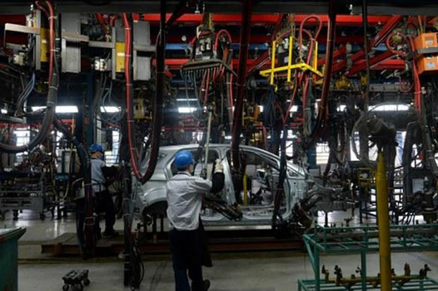 Công nhân Việt Nam làm việc tại nhà máy sản xuất xe hơi Ford ở tỉnh Hải Dương. Hình chụp ngày 11/01/2017.