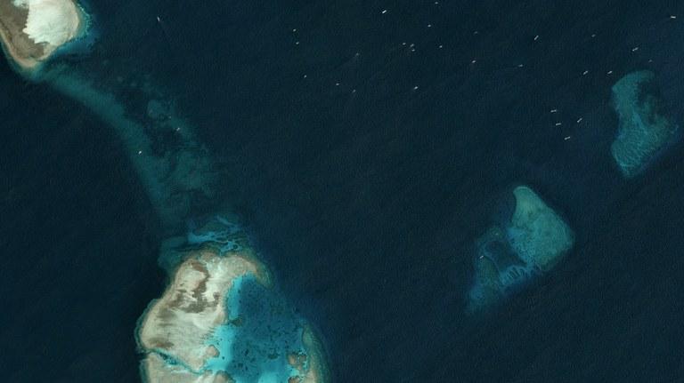 Hình ảnh vệ tinh chụp vào ngày 22 tháng 3 năm 2020, phí Bắc căn cứ chiếm đóng của Trung Quốc tại đá Gạc Ma. Có thể thấy nhiều tàu không danh tính ở góc trên bên phải.