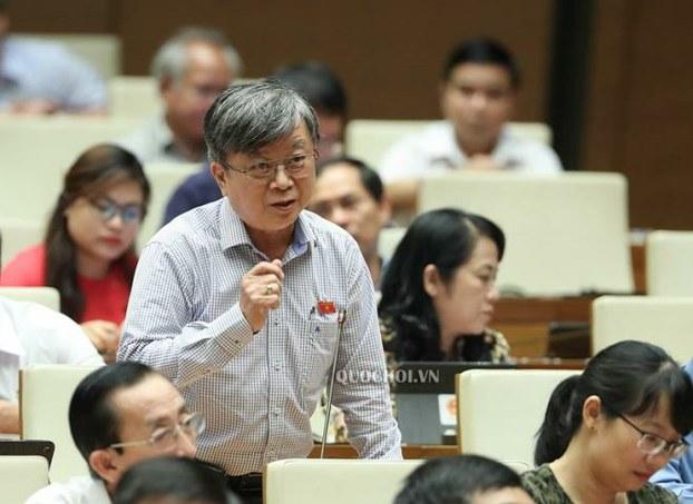 Đại biểu Quốc hội Trương Trọng Nghĩa (người đứng giữa hình).