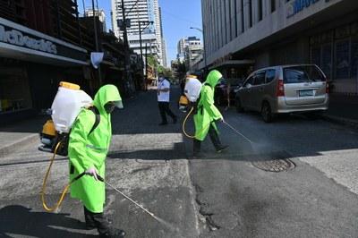 Hình minh hoạ. Phun thuốc khử trùng trên đường phố Manila, Philippines hôm 19/3/2020