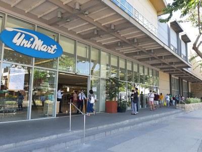 Người dân xếp hàng trước siêu thị để mua hàng ở Philippines