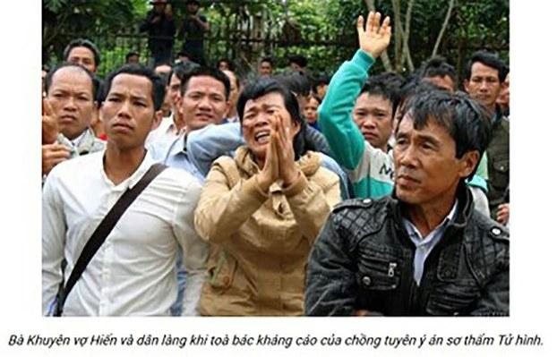 Hình ảnh của bà Mai Thị Khuyên (người chấp tay), vợ của nông dân Đặng Văn Hiến cùng người dân Đăk Nông sau khi tòa phúc thẩm tuyên y án tử hình đối với ông Hiến