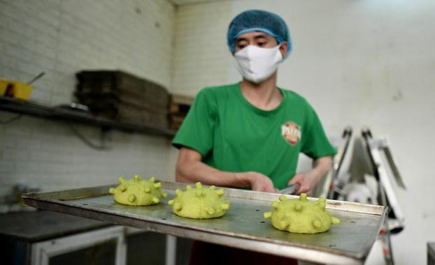 Ảnh minh họa chụp một thợ làm bánh đeo khẩu trang làm việc ở Hà Nội hôm 26/3/2020.