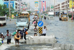 Dòng nước lũ tiếp tục tràn về hướng Bangkok, Thái Lan. AFP