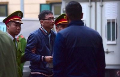 Ông Trịnh Xuân Thanh bị dẫn ra tòa.