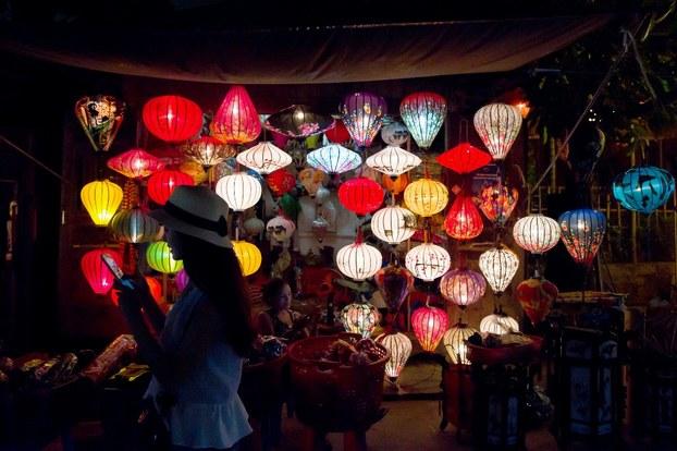 Một tiệm bán đèn lồng ở phố cổ Hội An.