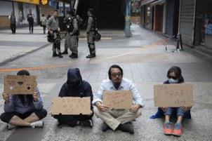 Các phụ  huynh Hong Kong cầm biển yêu cầu cảnh sát không bắn vào các sinh viên hôm 19/11/2019