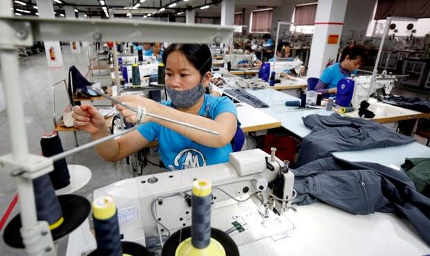 Công nhân tại xưởng may mặc.