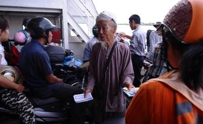 Một người cao tuổi bán vé số kiếm sống ở Anh Giang. Hình chụp ngày 09/07/10.