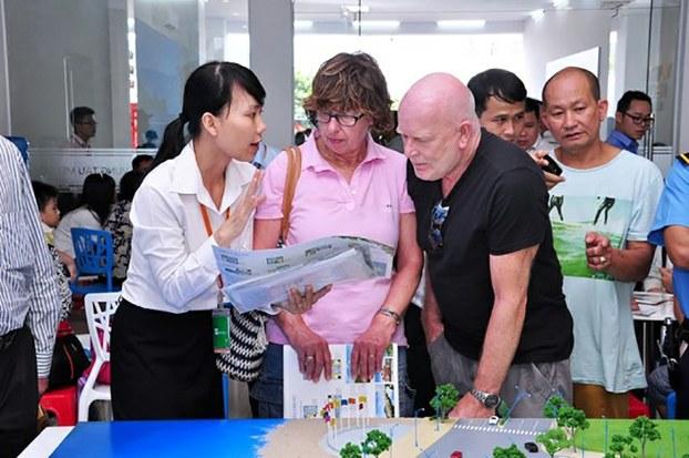 Ảnh minh họa: Người nước ngoài tại một sự kiện trong ngành địa ốc ở Việt Nam.
