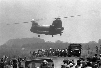 Không lực VNCH chở người dân ra khỏi chiến trường Xuân Lộc trong lúc Quân lực VNCH giao tranh với Quân đội Bắc Việt. Hình chụp ngày 13/4/1975.