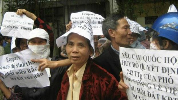 Người dân Văn Giang trong một lên Hà Nội và tụ tập trước cửa Văn phòng Quốc hội đòi giải quyết vụ cưỡng chế lấy đất cho Khu Đô thị Văn Giang - Hưng Yên.