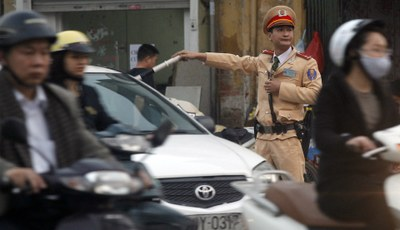 Hình minh hoạ. Cảnh sát giao thông điều khiển giao thông trên đường phố Hà Nội hôm 6/3/2013