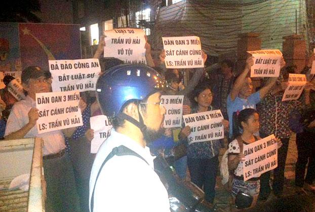 Nhiều người dân tập trung trước đồn Công an phường Xuân La, quận Tây Hồ, Hà Nội hôm 12/11/2015, yêu cầu thả Luật sư Trần Vũ Hải.