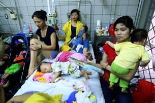 Khoa nhi tại một bệnh viện nhà nước ở Hà Nội ngày 17 tháng 4 năm 2014. AFP PHOTO.