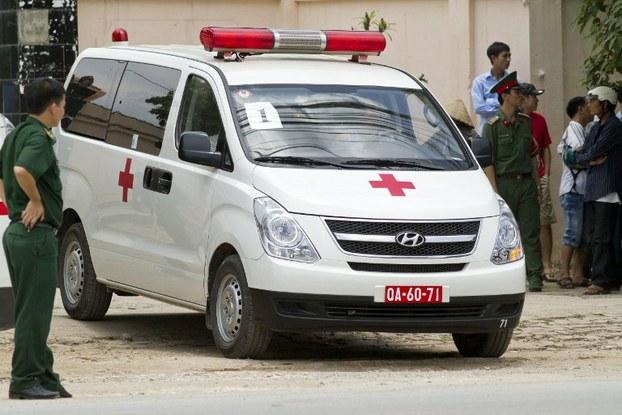 Một xe cứu thương trước cửa bệnh viện 105, Hà Nội, nơi các nạn nhân của một vụ tai nạn máy bay trực thăng được đưa vào ngày 07 tháng 7 năm 2014.