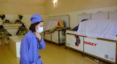 Một nhân viên y tế bên trong nhà xác một bệnh viện tỉnh Quảng Ninh hôm 18 Tháng 2 năm 2011. AFP photo