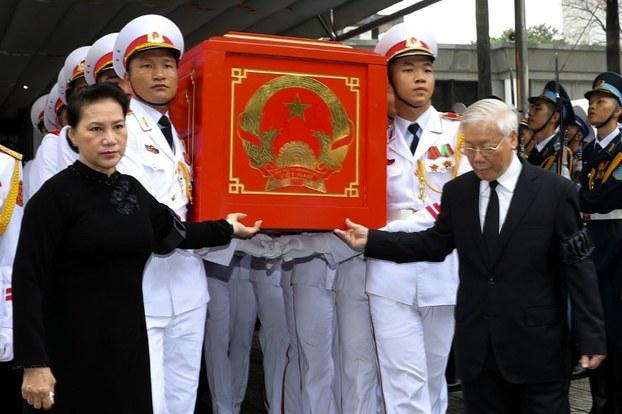 Chủ tịch Quốc hội Việt Nam Nguyễn Thị Kim Ngân (trái) và Tổng bí thư Đảng Cộng sản Nguyễn Phú Trọng (phải) trong ngày đưa tang cựu chủ tịch nước Trần Đại Quang tại Hà Nội vào ngày 27 tháng 9 năm 2018.