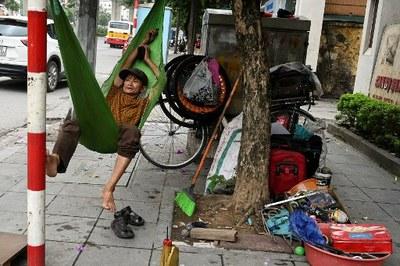 Một người dân với tiệm sửa xe ven đường tại Hà Nội hôm 30 tháng 5 năm 2019.