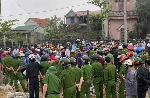 Cả trăm công an vào hôm Chủ nhật 22/3 đến ngăn cản Giáo xứ Mỹ Lộc xây tường khuôn viên Quảng trường Thánh Tâm của giáo xứ.