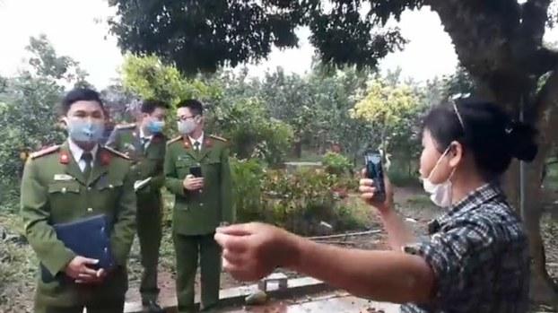 Công an địa phương đến sách nhiễu gia đình nhà nhà hoạt động vì quyền lợi dân oan mất đất Cấn Thị Thêu và con trai Trịnh Bá Tư hôm 17/3/2020.