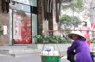 Một người bán hàng rong ở khu phố sang trọng tại trung tâm TPHCM, ảnh chụp năm 2011.