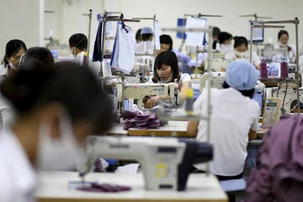 Công nhân may tại một doanh nghiệp ở Hà Nội hôm 24/5/2019.