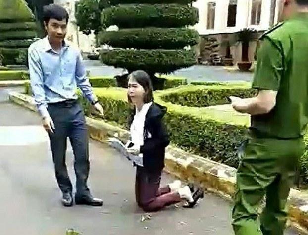 Cô giáo Nguyễn Thị Hoa Anh quỳ gối tại trụ sở Ủy ban Nhân dân tỉnh Đắk Lắk vào sáng ngày 06/08/19.