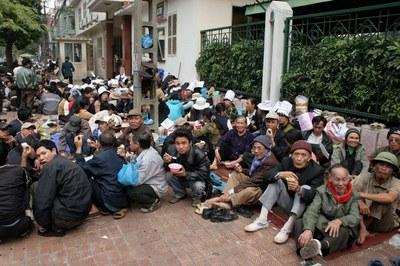 Người dân khiếu kiện tập thể liên quan đất đai tại một trụ sở văn phòng Trung ương ở Hà Nội.
