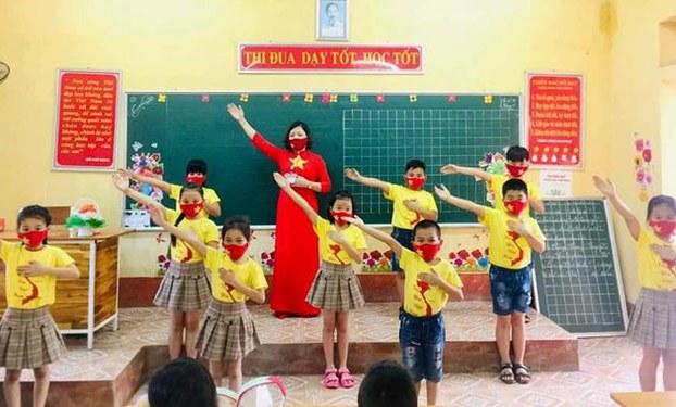 Cô giáo Nguyễn Hạnh Nguyên và các em học sinh lớp 2 của trường Tiểu học Thạch Bình, Nho Quan, tỉnh Ninh Bình.