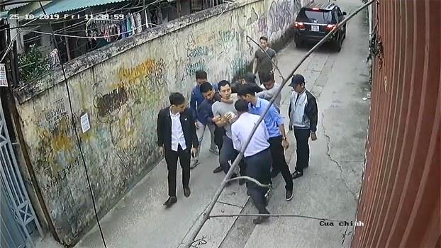 Nghệ sỹ Thịnh Nguyễn bị an ninh bắt đi vào ngày 25/10/19 tại ngõ 210 Nghi Tàm, Hà Nội.
