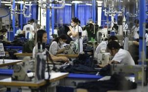 Công nhân đang làm việc trong một nhà máy dệt may. (Ảnh minh họa)