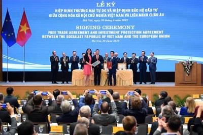 Hình minh hoạ. Cao uỷ Thương mại của EU Cecilia Malmstrom ký EVFTA với Bộ trưởng Công thương Trần Tuấn Anh ở Hà Nội hôm 30/6/2019