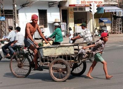 Hình minh hoạ. Cậu bé kéo xe ở TP Hồ Chí Minh