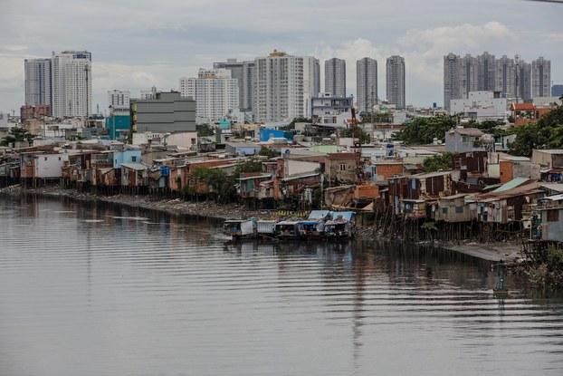Hình minh họa. Hình chụp hôm 17/9/2018: những căn nhà bên kênh Tẻ ở thành phố Hồ Chí Minh.