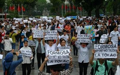 Ảnh minh hoạ. Biểu tỉnh phản đối công ty Formosa đổ chất thải gây ô nhiễm môi trường biển miền Trung ở Hà Nội hôm 1/5/2016.