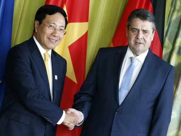 Ông Phạm Bình Minh (trái), Bộ trưởng Ngoại giao Việt Nam và đồng nhiệm người Đức, Sigmar Gabriel, tại Đức, 2/2017.