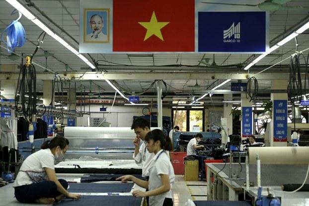 Minh họa: công nhân làm việc trong một nhà máy may ở Hà Nội.