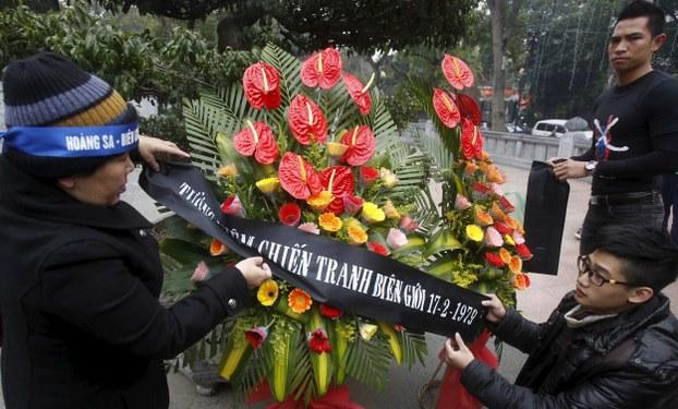 Người dân Hà Nội tưởng niệm chiến tranh biên giới ngày 17 tháng 2 năm 1979. Ảnh chụp ngày 17 tháng 2 năm 2016.