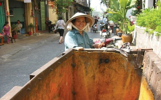 Bà Thành, vờ của ông Tống Văn Thơm, vợ chồng thu gom rác dân lập khu vực quân 5, Tp HCM.